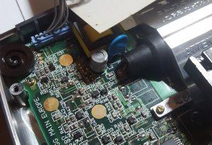 Réparation Sega Gamegear: Remplacement des condensateurs.